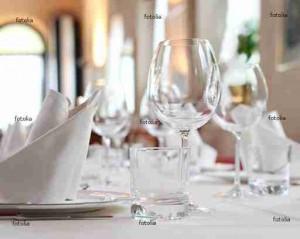 weiß gedeckter Tisch