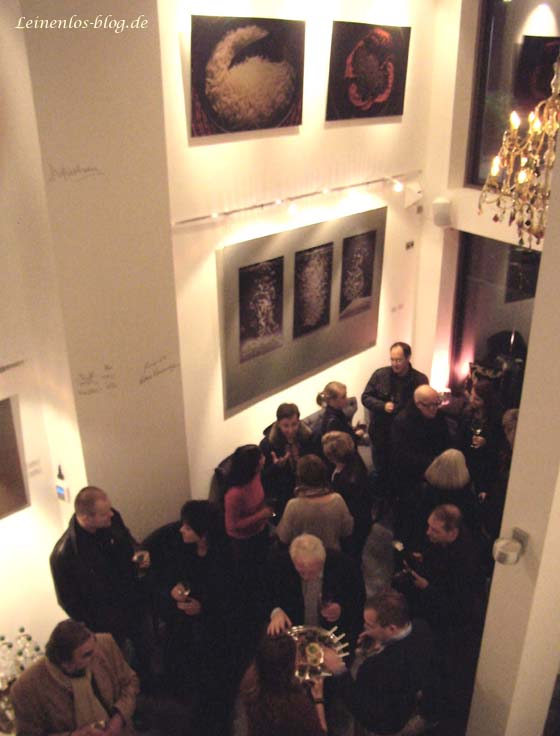 Vernissage-Besucher in Nissis Kunstkantine