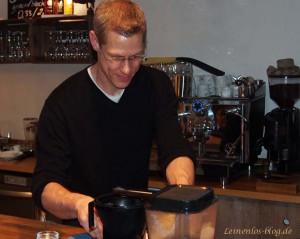 Marko Holmberg bei Espresso-Zubereitung