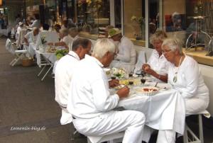 Gäste beim Weißen Dinner in Neugraben