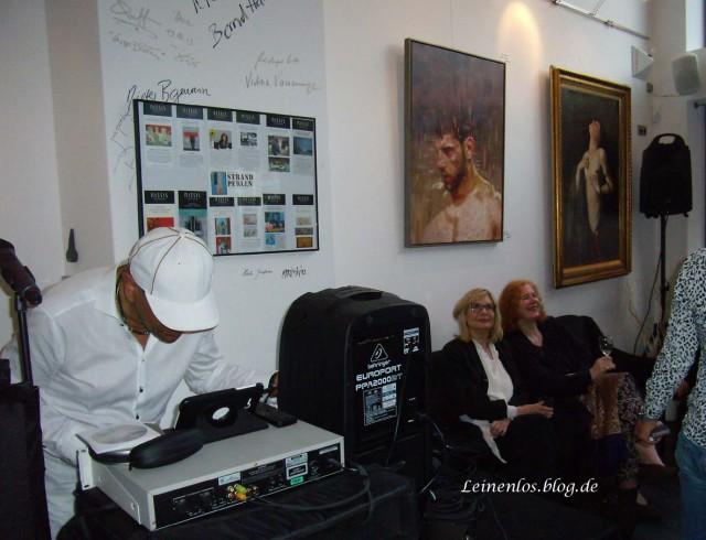 Sänger und DJ Louis Baccarolle legt auf