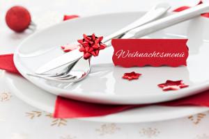 Tischgedeck mit Schild Weihnachtsmenü