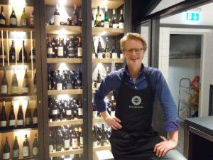 ROK-Gründer John vor Weinauswahl