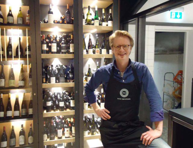 ROK-Gründer John Ehlerding vor Weinauswahl