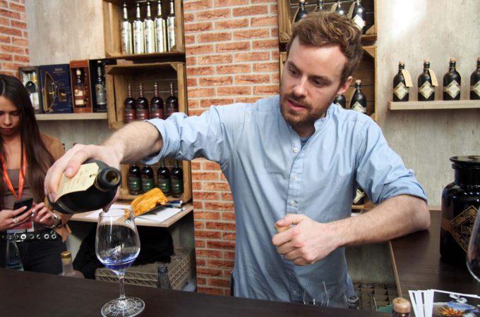 Gin Illusionist ist blau beim Eingießen
