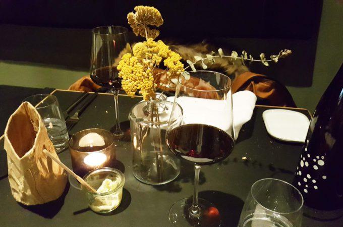 Kinfelts HafenCity: Wein auf Tisch