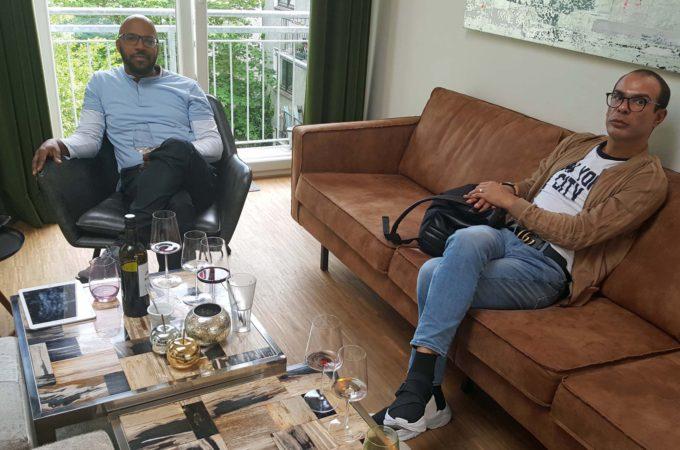 Kevin & Nico im Lounge-Bereich von Kev's Kitchen (Alsterloft)