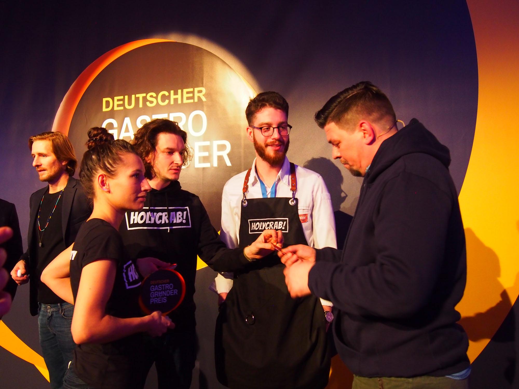Holycrab-Gründer und Tim Mälzer beim Gastro-Gründerpreis Finale 2019