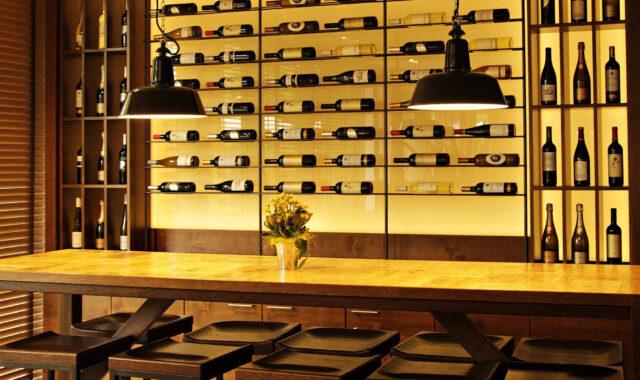 Beleuchtungskonzept moderne Weinbar